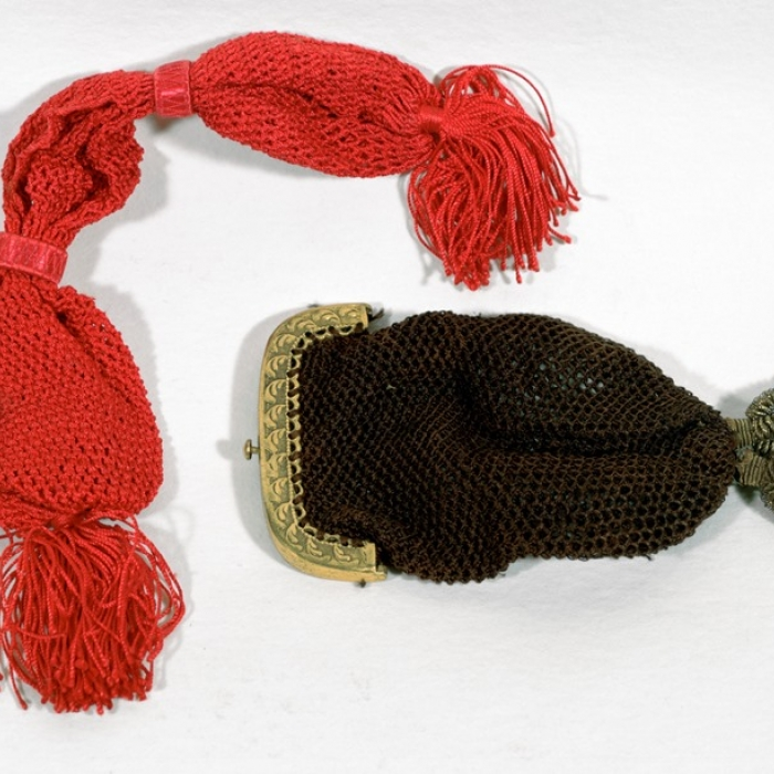 Two net purses given to Soane for Christmas, with one red, the other black
